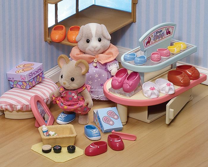 """Игровой набор """"Обувной магазин"""" привлечет внимание вашего ребенка и станет отличным подарком для поклонников жителей чудесной страны Sylvanian Families. В комплект входит три пары обуви детской, шесть пар обуви взрослой, пуфик, стеллаж, корзина, ложечка, зеркало, две коробки под обувь, подставка под обувь, коврик и крем для обуви. Фигурки в комплект не входят! Компания была основана в 1985 году, в Японии. """"Sylvanian Families"""" очень популярен в Европе и Азии, и, за долгие годы существования, компания смогла добиться больших успехов. 3 года подряд в Англии бренд """"Sylvanian Families"""" был признан """"Игрушкой Года"""". Сегодня у героев """"Sylvanian Families"""" есть собственное шоу, полнометражный мультфильм и сеть ресторанов, работающая по всей Японии. """"Sylvanian Families"""" - это целый мир маленьких жителей, объединенных общей легендой. Жители страны """"Sylvanian Families"""" - это кролики, белки, медведи, лисы и многие другие. У каждого из них есть дом, в котором есть все..."""