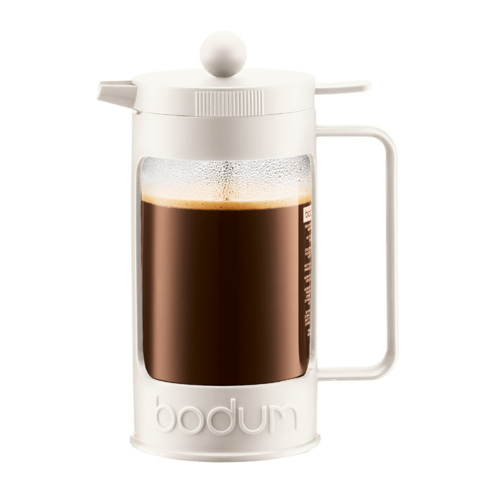 Кофейник Bodum Bean с прессом, цвет: белый, 1 л. 11376-913VT-1520(SR)Кофейник Bodum Bean изготовлен из боросиликатного стекла и красочную пластиковой оправы, которая эффективно защищает стекло. Кофейник оснащен фильтром french press из нержавеющей стали. Содержимое кофейника невозможно пролить, даже если его опрокинуть, так как кофейник снабжен силиконовой прокладкой между крышкой и стеклом. Налить кофе в чашку можно, нажав рычаг на кофейнике. В комплект входит мерная ложечка из пластика.Современный дизайн полностью соответствует последним модным тенденциям в создании предметов бытовой техники. Настоящим ценителям натурального кофе широко известны основные и наиболее часто применяемые способы его приготовления: эспрессо, по-турецки, гейзерный. Однако существует принципиально иной способ, известный как french press, благодаря которому приготовление ароматного напитка стало гораздо проще.Ограничения: Не использовать в микроволновой печиНе использовать на индукционной плитеНе является жаропрочной посудойНе ставить в морозильную камеруХарактеристики: Материал: стекло, пластик, силикон, нержавеющая сталь. Высота кофейника (с учетом крышки): 22,5 см. Объем кофейника: 1 л. Размер упаковки:22 см х 15 см х 11 см. Производитель:Швейцария. Артикул:11376-913.