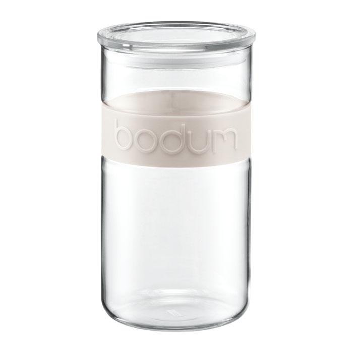Банка для хранения Presso, цвет: белый, 2 лVT-1520(SR)Банка для хранения Presso изготовлена из прозрачного стекла, обхват из приятного на ощупь силикона. Стеклянная посуда не впитывает запахов продуктов и очень удобна в использовании. Все вещи, входящие в обновленную коллекцию Presso, сделаны с использованием двух современных материалов – силикона и боросиликатного стекла. Оба эти материала выдерживают нагрев до очень высоких температур и приспособлены для мытья в посудомоечной машине. Характеристики: Материал: стекло, силикон. Объем: 2 л. Цвет: белый. Размер упаковки: 24 см х 13 см х 13 см. Производитель: Швейцария. Артикул: 11130-913.