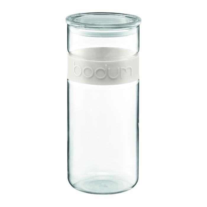 Банка для хранения Presso, цвет: белый, 2,5 лVT-1520(SR)Банка для хранения Presso изготовлена из прозрачного стекла, обхват из приятного на ощупь силикона. Стеклянная посуда не впитывает запахов продуктов и очень удобна в использовании. Все вещи, входящие в обновленную коллекцию Presso, сделаны с использованием двух современных материалов - силикона и боросиликатного стекла. Оба эти материала выдерживают нагрев до очень высоких температур и приспособлены для мытья в посудомоечной машине. Характеристики: Материал:стекло, силикон. Объем: 2,5 л. Высота банки (без крышки):27 см. Диаметр основания:11,5 см. Цвет обхвата: белый. Размер упаковки:12,5 см х 29 х 12,5 см. Изготовитель:Чехия. Производитель:Швейцария. Артикул: 11131-913.