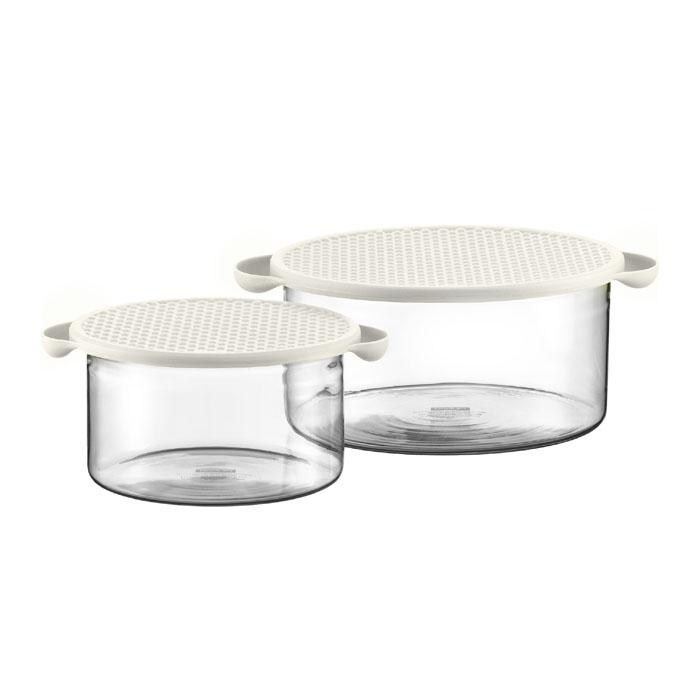 Набор мисок Bodum Hot Pot 2 шт, цвет: белый K10127-91368/5/3Емкости Hot Pot являются универсальным приобретением для любой кухни. С их помощью можно готовить блюда, хранить продукты и даже сервировать стол. Hot Pot изготавливается из специального боросиликатного стекла, которое, в отличие от обычного, остается очень прочным даже при минимальной толщине. Поэтому прозрачная и изящная емкость отлично переносит высокие температуры, находясь на плите или в духовке. Не менее жаростойкой является и силиконовая крышка емкости Hot Pot, которая вполне может выступить в качестве подставки под блюда, нагретые до 220°C или прихватки. Переводя дословно название Hot Pot, получаем почти сказочное горячий горшочек. И действительно, сложно найти более сказочный кухонный предмет, который при своей внешней простоте выполнял бы столько функций одновременно. Характеристики: Материал: стекло, силикон. Объем: 1 л, 2,5 л. Цвет: белый. Размер упаковки: 22,5 см х 22,5 см х 11,5 см. Производитель: Швейцария. Артикул: K10127-913.