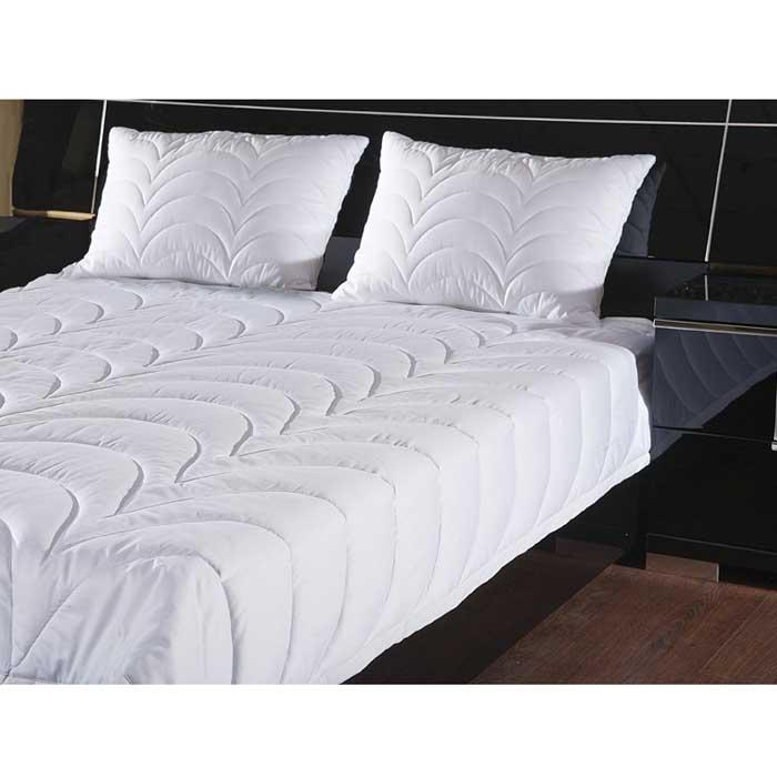 Одеяло Rima, облегченное, 140 х 205 см120660102Летнее одеяло Rima с оригинальной стежкой волны наполнено тонким слоем экофайбер. Экофайбер - гипоаллергенный наполнитель, который не впитывает пыль и запахи. Такое одеяло дарит прохладный сон летом. Стежка равномерно распределяет наполнитель в чехле. Простое в уходе, одеяло легко стирается в бытовой стиральной машине и быстро высыхает. Ваше одеяло прослужит долго, а его изысканный внешний вид будет годами дарить вам уют. Объем изделия достигается за счет стежки. Широкая окантовка надежно фиксирует одеяло в постельном белье и предотвращают сбитие одеяла в одну точку во время сна.Характеристики: Материал верха: сатин (100% хлопок).Материал наполнителя: экофайбер (заменитель пуха).Размер: 140 см х 205 см.Степень теплоты: 3.Производитель: Россия. ТМ Primavelle - качественный домашний текстиль для дома европейского уровня, завоевавший любовь и признательность покупателей. ТМ Primavelleрада предложить вам широкий ассортимент, в котором представлены: подушки, одеяла, пледы, полотенца, покрывала, комплекты постельного белья. ТМ Primavelle- искусство создавать уют. Уют для дома. Уют для души.
