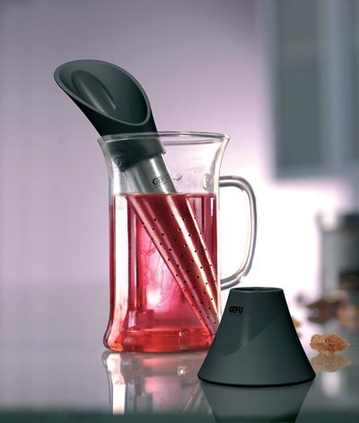 Сито для чая Gefu Tealeaf115510Сито для чая Gefu Tealeaf изготовлено из высококачественного пластика и нержавеющей стали. Благодаря гармонично встроенной мерной ложке вы сможете легко отмерить необходимое количество чая для заваривания из бумажного пакета или контейнера. Конусная форма позволяет получить наилучший аромат напитка. После заваривания поместите сито в подставку, входящую в комплект. Для удаления использованного чая из сита достаточно перевернуть его и постучать о поверхность. Характеристики: Материал: пластик, нержавеющая сталь. Длина: 16,5 см. Размер упаковки: 10 см х 6 см х 18,5 см. Производитель: Германия. Артикул: 12870.