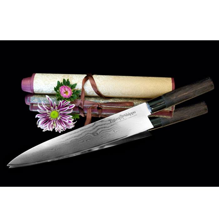 Нож поварской Tojiro Shippu, длина лезвия 27 смSPD-10Поварской нож Tojiro Shippu выполнен из высококачественной 63-слойной нержавеющей стали. Нож займет достойное место среди аксессуаров на вашей кухне и поможет вам в быстром и легком приготовлении любых блюд. Он имеет легкий клинок, который идеально подходит для нарезки овощей, фруктов, сыра и приготовления бутербродов. Отлично режет овощи с неоднородной структурой (твердая кожица, мягкая сердцевина).Клинок ножа изготовлен по пакетной технологии: середина пакета из высокотвердой стали VG-10 (до 63 HRc) помещена в обкладки из дамасской стали. Такой клинок отличается повышенной устойчивостью к коррозии, а дамасские узоры выглядят очень эффектно и подчеркивают высокое качество изделия. Сечение клинка ножа - клинообразно, что позволяет режущей кромке клинка быть продолжительное время острой. Рукоятка ножа, выполненная из натурального дерева, имеет эргономичную форму, которая не позволит выскользнуть ему из вашей руки.Нож упакован в стильную подарочную коробку из плотного картона. Правила эксплуатации: - Хранить нож следует в сухом месте. - После использования, промойте нож теплой водой и протрите насухо. - Оставление ножа в загрязненном состоянии может привести к образованию коррозии. Запрещается: - Мыть нож в посудомоечной машине. - Хранить ножи в одной емкости со столовыми приборами. - Резать на твердых поверхностях: каменных столешницах, керамических тарелках, акриловых досках. - Запрещается нецелевое использование ножа: вскрывать консервные банки, разрезать кости, скоблить твердые поверхности, резать замороженные продукты. Правка производится легкими движениями на водном камне или мусате. Заточка ножа - сложный технологический процесс, должен производиться профессионалом на специальном оборудовании. Услуга по заточке ножа предоставляется специалистами компании «Тоджиро». Характеристики:Материал: нержавеющая сталь, дерево, пластик. Общая длина ножа: 42 см. Длина лезвия: 27 см. Размер упаковки: 44 см х 7 см х 3 см. А