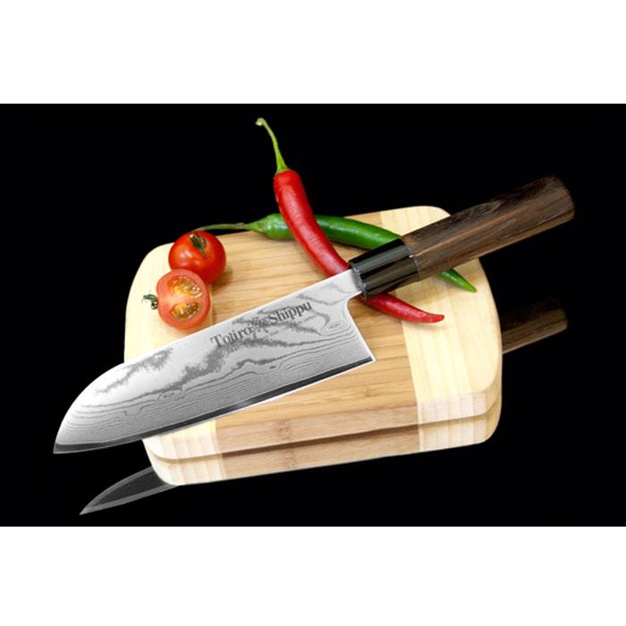 Нож Сантоку Tojiro Shippu, длина лезвия 18 смVS-1748-greyНож Сантоку Tojiro Shippu выполнен из высококачественной 63-слойной нержавеющей стали. Нож займет достойное место среди аксессуаров на вашей кухне и поможет вам в быстром и легком приготовлении любых блюд. Он имеет легкий клинок, который идеально подходит для нарезки, рубки и шинкования.Клинок ножа изготовлен по пакетной технологии: середина пакета из высокотвердой стали VG-10 (до 63 HRc) помещена в обкладки из дамасской стали. Такой клинок отличается повышенной устойчивостью к коррозии, а дамасские узоры выглядят очень эффектно и подчеркивают высокое качество изделия. Сечение клинка ножа - клинообразно, что позволяет режущей кромке клинка быть продолжительное время острой. Рукоятка ножа, выполненная из натурального дерева, имеет эргономичную форму, которая не позволит выскользнуть ему из вашей руки.Нож упакован в стильную подарочную коробку из плотного картона. Правила эксплуатации: - Хранить нож следует в сухом месте. - После использования, промойте нож теплой водой и протрите насухо. - Оставление ножа в загрязненном состоянии может привести к образованию коррозии. Запрещается: - Мыть нож в посудомоечной машине. - Хранить ножи в одной емкости со столовыми приборами. - Резать на твердых поверхностях: каменных столешницах, керамических тарелках, акриловых досках. - Запрещается нецелевое использование ножа: вскрывать консервные банки, разрезать кости, скоблить твердые поверхности, резать замороженные продукты. Правка производится легкими движениями на водном камне или мусате. Заточка ножа - сложный технологический процесс, должен производиться профессионалом на специальном оборудовании. Услуга по заточке ножа предоставляется специалистами компании «Тоджиро». Характеристики:Материал: нержавеющая сталь, дерево, пластик. Общая длина ножа: 30 см. Длина лезвия: 18 см. Размер упаковки: 34 см х 8 см х 2 см. Артикул: FD-597.Уважаемые клиенты! В случае несоблюдения правил эксплуатации, нож не подлежит гарантийному обслу