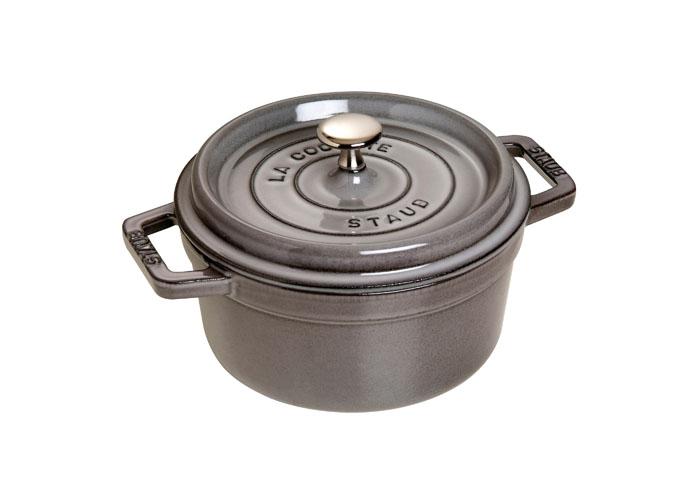 Кокот круглый Staub 22см, 2,6л, цвет: серый графит 1102218622084Изготовлена из чугуна, покрытого эмалью снаружи и внутри. Подходит для использования на всех типах плит и в духовке. Перед первым использованием вымыть горячей водой, высушить на слабом огне, затем смазать растительным маслом изнутри. Погреть несколько минут на слабом огне и вытереть избыток масла. Мыть жидким моющим средством, без применения абразивных веществ и металлических губок. Пригодна для мытья в посудомоечной машине. При падении на твердую поверхность посуда может треснуть или разбиться. Металлические кухонные принадлежности могут повредить посуду. Чтобы не обжечься, пользуйтесь прихватками.Адрес изготовителя:Zwilling Staub France S.A.S,47 bis, rue des Vinaigriers, 75010 Paris, FRANCE (Цвиллинг Стауб Франс С.А.С 47 бис, ру де Винаигриерс, 75010 Париж, Франция)