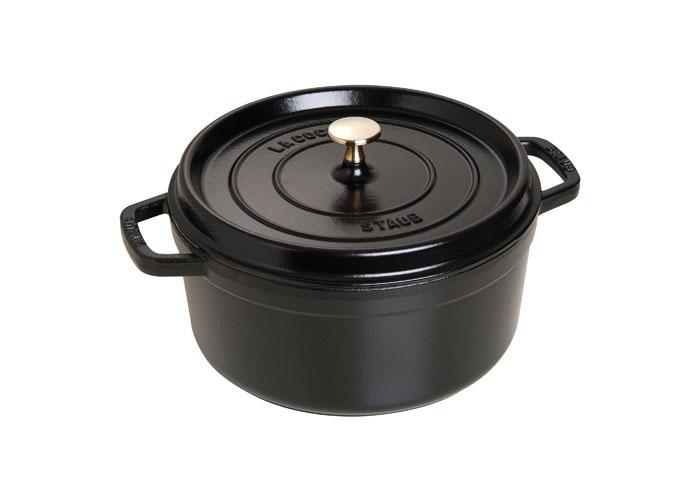 Кокот круглый Staub 26см, 4,6л, цвет: черный 1102625GL9012-ВИзготовлена из чугуна, покрытого эмалью снаружи и внутри. Подходит для использования на всех типах плит и в духовке. Перед первым использованием вымыть горячей водой, высушить на слабом огне, затем смазать растительным маслом изнутри. Погреть несколько минут на слабом огне и вытереть избыток масла. Мыть жидким моющим средством, без применения абразивных веществ и металлических губок. Пригодна для мытья в посудомоечной машине. При падении на твердую поверхность посуда может треснуть или разбиться. Металлические кухонные принадлежности могут повредить посуду. Чтобы не обжечься, пользуйтесь прихватками.Адрес изготовителя:Zwilling Staub France S.A.S,47 bis, rue des Vinaigriers, 75010 Paris, FRANCE (Цвиллинг Стауб Франс С.А.С 47 бис, ру де Винаигриерс, 75010 Париж, Франция)
