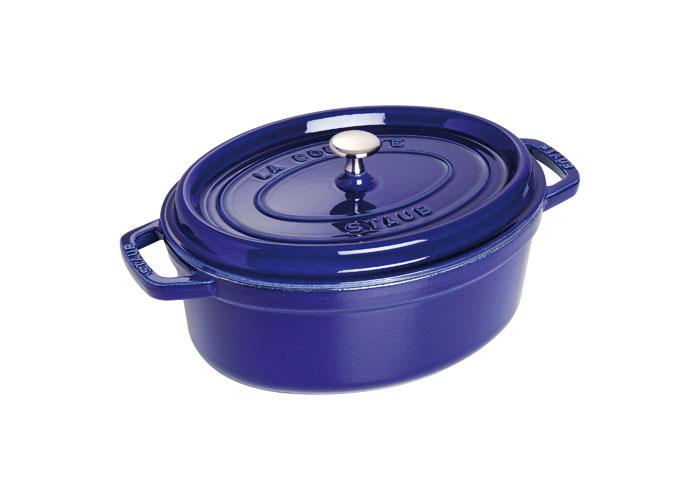 Кокот овальный Staub 27см, 3,2л, цвет: темно-синий 110279121800Изготовлен из чугуна, покрытого эмалью снаружи и внутри. Подходит для использования на всех типах плит и в духовке. Перед первым использованием вымыть горячей водой, высушить на слабом огне, затем смазать растительным маслом изнутри. Погреть несколько минут на слабом огне и вытереть избыток масла. Мыть жидким моющим средством, без применения абразивных веществ и металлических губок. Пригоден для мытья в посудомоечной машине. При падении на твердую поверхность посуда может треснуть или разбиться. Металлические кухонные принадлежности могут повредить посуду. Чтобы не обжечься, пользуйтесь прихватками.Адрес изготовителя:Zwilling Staub France S.A.S,47 bis, rue des Vinaigriers, 75010 Paris, FRANCE (Цвиллинг Стауб Франс С.А.С 47 бис, ру де Винаигриерс, 75010 Париж, Франция)