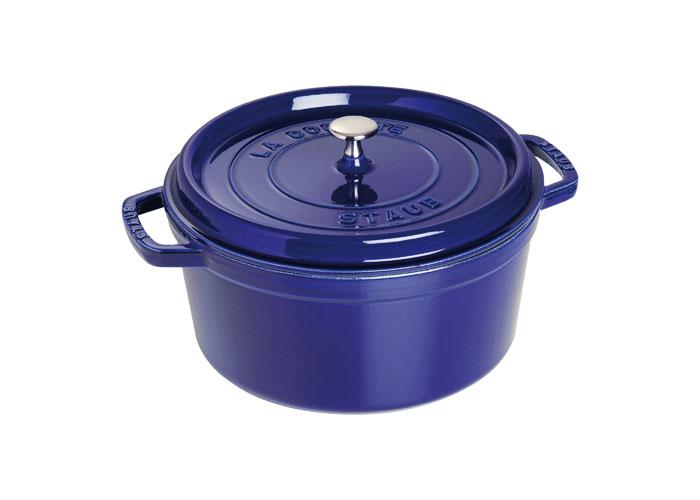 Кокот круглый Staub, цвет: темно-синий, 5,85 л21800Кокот Staub, выполненный из эмалированного чугуна, займет достойное место на вашей кухне. Пища, приготовленная в чугунной посуде, сохраняет свои вкусовые качества, и благодаря экологической чистоте материала, не может нанести вред здоровью человека.Эмалированный чугун - это сплав обогащенного углем железа, покрытого эмалью, изготовленной на основе стекла. Это один из самых лучших материалов, который удерживает тепло, медленно и равномерно его распределяет. Эмалированная посуда также хорошо сохраняет холод, для этого достаточно поставить в холодильник перед его подачей на стол. Внутренняя часть кокота покрыта эмалью матово-черного цвета. Эта качественная и высококлассная эмаль обеспечивает отличное сопротивление перепадам температуры, царапинам и облегчает уход за посудой. Кокот имеет удобную круглую форму и оснащен двумя ручками.Он плотно закрывается крышкой, выполненной также из эмалированного чугуна. Крышка снабжена небольшой металлической ручкой. Кокот Staub подходит для использования на газовых, электрических, галогеновых, стеклокерамических и индукционных плитах, а также в духовке. Мыть жидким моющим средством, без применения абразивных веществ и металлических губок. Не использовать металлические аксессуары. Пригоден для мытья в посудомоечной машине. Характеристики:Материал: чугун, металл, эмаль. Диаметр кокота: 28 см. Высота стенки кокота: 13 см. Ширина кокота (с учетом ручек): 35 см. Объем кокота: 5,85 л. Цвет: темно-синий. Размер упаковки: 30 см х 32 см х 15 см. Артикул: 1102891. Торговая марка Staub разрабатывает и создает высококлассные предметы кухонной утвари, которые совмещают традиции и современность, умения наших предков и передовые технологии. Продукция Staub - прекрасное сочетание красоты и функциональности. Она подходит как искусным поварам, так и любознательным дебютантам, готовым познавать удовольствие от вкусной и здоровой пищи.Философия создателя марки Франциса Стоба заключается в том, что кажд