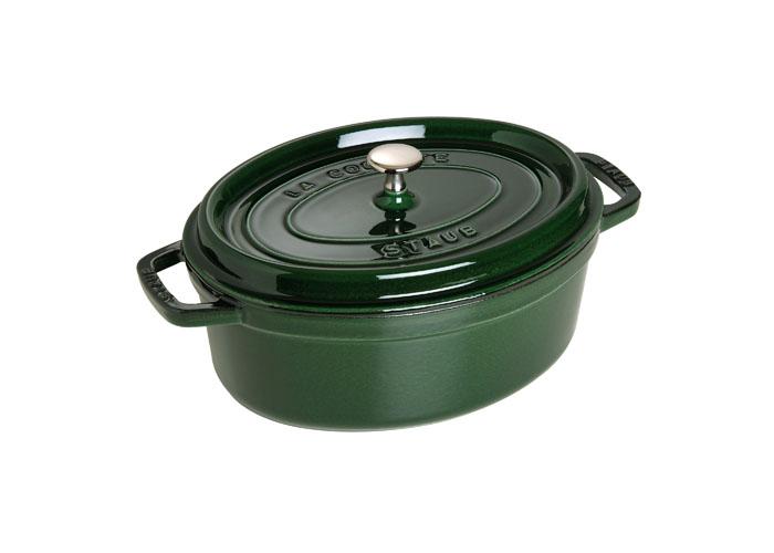 Кокот овальный Staub 29см, 4,25л, цвет: зеленый базилик 1102985BK-8800Изготовлена из чугуна, покрытого эмалью снаружи и внутри. Подходит для использования на всех типах плит и в духовке. Перед первым использованием вымыть горячей водой, высушить на слабом огне, затем смазать растительным маслом изнутри. Погреть несколько минут на слабом огне и вытереть избыток масла. Мыть жидким моющим средством, без применения абразивных веществ и металлических губок. Пригодна для мытья в посудомоечной машине. При падении на твердую поверхность посуда может треснуть или разбиться. Металлические кухонные принадлежности могут повредить посуду. Чтобы не обжечься, пользуйтесь прихватками.Адрес изготовителя:Zwilling Staub France S.A.S,47 bis, rue des Vinaigriers, 75010 Paris, FRANCE (Цвиллинг Стауб Франс С.А.С 47 бис, ру де Винаигриерс, 75010 Париж, Франция)