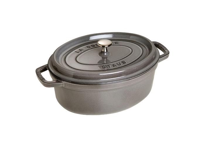 Кокот овальный Staub 31см, 5,4л, цвет: серый графит 1103118GD16487017Изготовлена из чугуна, покрытого эмалью снаружи и внутри. Подходит для использования на всех типах плит и в духовке. Перед первым использованием вымыть горячей водой, высушить на слабом огне, затем смазать растительным маслом изнутри. Погреть несколько минут на слабом огне и вытереть избыток масла. Мыть жидким моющим средством, без применения абразивных веществ и металлических губок. Пригодна для мытья в посудомоечной машине. При падении на твердую поверхность посуда может треснуть или разбиться. Металлические кухонные принадлежности могут повредить посуду. Чтобы не обжечься, пользуйтесь прихватками.Адрес изготовителя:Zwilling Staub France S.A.S,47 bis, rue des Vinaigriers, 75010 Paris, FRANCE (Цвиллинг Стауб Франс С.А.С 47 бис, ру де Винаигриерс, 75010 Париж, Франция)