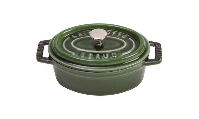 Кокот овальный Staub 31см, 5,4л, цвет: зеленый базилик 1103185629336Изготовлена из чугуна, покрытого эмалью снаружи и внутри. Подходит для использования на всех типах плит и в духовке. Перед первым использованием вымыть горячей водой, высушить на слабом огне, затем смазать растительным маслом изнутри. Погреть несколько минут на слабом огне и вытереть избыток масла. Мыть жидким моющим средством, без применения абразивных веществ и металлических губок. Пригодна для мытья в посудомоечной машине. При падении на твердую поверхность посуда может треснуть или разбиться. Металлические кухонные принадлежности могут повредить посуду. Чтобы не обжечься, пользуйтесь прихватками.Адрес изготовителя:Zwilling Staub France S.A.S,47 bis, rue des Vinaigriers, 75010 Paris, FRANCE (Цвиллинг Стауб Франс С.А.С 47 бис, ру де Винаигриерс, 75010 Париж, Франция)