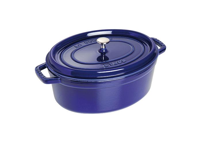 Кокот овальный Staub 31см, 5,4л, цвет: темно-синий 11031911102018Изготовлен из чугуна, покрытого эмалью снаружи и внутри. Подходит для использования на всех типах плит и в духовке. Перед первым использованием вымыть горячей водой, высушить на слабом огне, затем смазать растительным маслом изнутри. Погреть несколько минут на слабом огне и вытереть избыток масла. Мыть жидким моющим средством, без применения абразивных веществ и металлических губок. Пригоден для мытья в посудомоечной машине. При падении на твердую поверхность посуда может треснуть или разбиться. Металлические кухонные принадлежности могут повредить посуду. Чтобы не обжечься, пользуйтесь прихватками.Адрес изготовителя:Zwilling Staub France S.A.S,47 bis, rue des Vinaigriers, 75010 Paris, FRANCE (Цвиллинг Стауб Франс С.А.С 47 бис, ру де Винаигриерс, 75010 Париж, Франция)