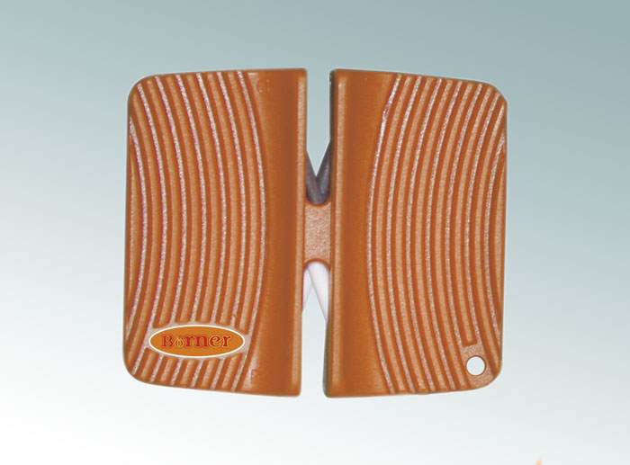 Ножеточка Borner двухсторонняя, цвет: оранжевый 33001569/740Ножеточка Borner с двумя рабочими зонами для разного качества заточки. Применяется для всех видов металлических ножей от кухонных до туристических. Угол заточки 23°. В ножеточке сделаны два отсека. Отсек с металлическими пластинами - для грубой обработки. Отсек с белыми керамическими стержнями - для тонкой доводки.Характеристики: Материал: пластик, металл, керамика. Цвет: оранжевый. Размер ножеточки: 6,5 см х 5,5 см. Производитель: Германия. Артикул: 3300156.
