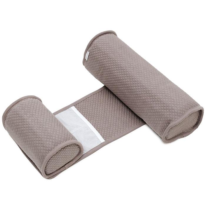 """Позиционер """"Bebecal"""", состоящий из двух валиков, соединенных между собой полоской, был специально создан для того, чтобы ваш ребенок не смог перевернуться на живот во время сна. Медики рекомендуют укладывать здорового ребенка спать на спину. """"Bebecal"""" возможно использовать в колыбели, съемной люльке с твердым дном, в детской кроватке, во взрослой кровати или брать с собой в поездки. Позиционер также идеально подойдет для того, чтобы положить ребенка набок после кормления. Форма и наполнитель позиционера гарантируют хорошую циркуляцию воздуха. Ребенок может дышать свободно даже при непосредственном контакте с позиционером. Позиционер """"Bebecal"""" раздвигается в ширину и предназначен для детей от 0 до 6 месяцев, чехол из хлопка можно стирать и сушить в машинке."""