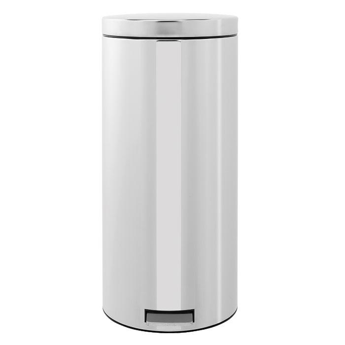 Бак мусорный Brabantia Классический, с педалью, цвет: стальной, 30 л531-105Педальный бак на 30 литров поистине универсален и идеально подходит для использования на кухне или в гостиной. Предотвращает распространение запахов - прочная не пропускающая запахи металлическая крышка; Плавное и бесшумное открывание/закрывание крышки; Надежный педальный механизм, высококачественные коррозионно-стойкие материалы; Удобный в использовании - при открывании вручную крышка фиксируется в открытом положении, закрывается нажатием педали; Удобная очистка – съемное внутреннее ведро из пластика;Бак удобно перемещать - прочная ручка для переноски;Предохранение пола от повреждений - пластиковый защитный обод;Всегда опрятный вид - идеально подходящие по размеру мешки для мусора с завязками (размер G); 10-летняя гарантия Brabantia. Цвет: стальной полированный.