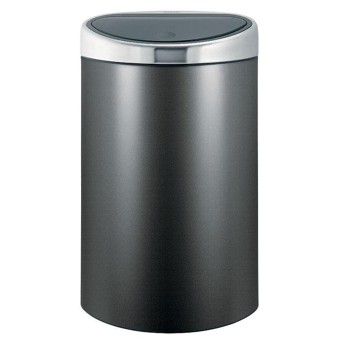 Бак мусорный Brabantia Touch Bin, цвет: платиновый, 40 л531-105Стильный Touch Bin на 40 литров – непременный атрибут каждой гостиной или кухни. Порадуйте себя и удивите гостей! Бесшумное открывание/закрывание крышки легким касанием - система soft touch;Удобная смена мешков для мусора - съемный блок крышки из нержавеющей стали; Эргономичное использование - плоская задняя стенка позволяет устанавливать бак вплотную к стене или в углу;Удобная очистка – съемное внутреннее ведро из пластика с вентиляционными отверстиями, предотвращающими образование вакуума при вынимании полного мусорного мешка;Легкое перемещение с места на место - прочная ручка для переноски; Предохранение пола от повреждений - пластиковый защитный обод; Бак изготовлен из коррозионно-стойких материалов – долговечность и удобство в очистке; Всегда опрятный вид - идеально подходящие по размеру мешки для мусора с завязками (размер L); 10-летняя гарантия Brabantia. Цвет: платиновый