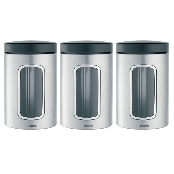 Набор банок для продуктов Brabantia 1,4 л, 3 шт, матовая нерж. сталь 3353412107385Набор Brabantia состоит из трех банок, в которых будет удобно хранить разнообразные сыпучие продукты, такие как кофе, крупы, макароны или специи. Банки изготовлены из антикоррозийной стали с защитой от отпечатков пальцев. Они не впитывают аромат, не окрашиваются, не пропускают запах, а продукты в них остаются свежими. Банки плотно закрываются пластиковыми крышками. Защитное покрытие на основании не царапает поверхность. На корпусе каждой банки имеется небольшое окошко из акрила, позволяющее видеть содержимое банки. Такой набор банок для сыпучих продуктов станет незаменимым помощником на кухне. Характеристики:Материал: сталь, пластик, акрил. Высота банки (без учета крышки):14,5 см. Диаметр банки:10,5 см. Объем одной банки:1,4 л. Комплектация:3 шт. Производитель:Бельгия. Артикул:335341. Гарантия производителя: 5 лет.