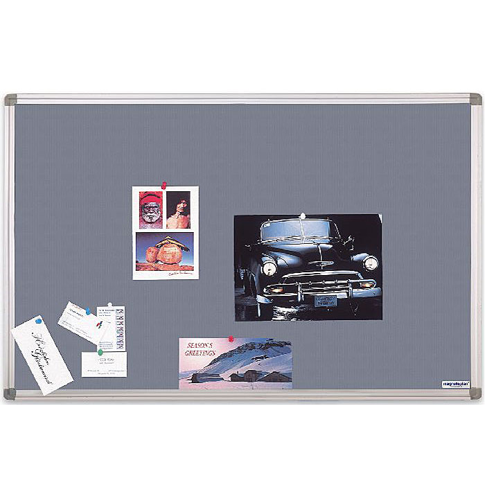 К высококачественной текстильной поверхности этой доски можно прикреплять фотографии, визитные карточки, открытки, заметки и т.п. с помощью кнопок или иголок. Доска окантована рамкой из анодированного алюминия серебристого цвета со скругленными пластиковыми углами. Задняя сторона доски укреплена гальванизированным металлическим листом для придания необходимой жесткости и для защиты от деформации. В комплект входят 4 силовых кнопки-гвоздика и крепеж для монтажа.