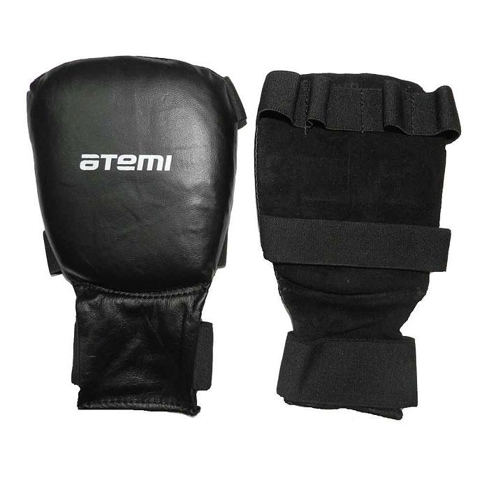 Накладки для карате ATEMI, цвет: черные. Размер LM25733Накладки ATEMI с объемным наполнителем необходимы при занятиях спортом для защиты пальцев, суставов и кисти руки в целом от вывихов, ушибов и прочих повреждений. Верхняя часть накладки выполнены из натуральной кожи, ладонь - из замши. Накладки прочно фиксируются на запястье за счет широкой эластичной ленты. Удобные и эргономичные накладки ATEMI идеально подойдут для занятий карате и другими видами единоборств. Характеристики:Материал: натуральная кожа, замша, полиэстер. Размер: L. Цвет: черный. Общая длина накладки: 21 см. Толщина накладки: 2,5 см. Ширина накладки: 11,5 см. Ширина эластичной ленты: 4 см. Производитель: Пакистан. Артикул:PKP-453.