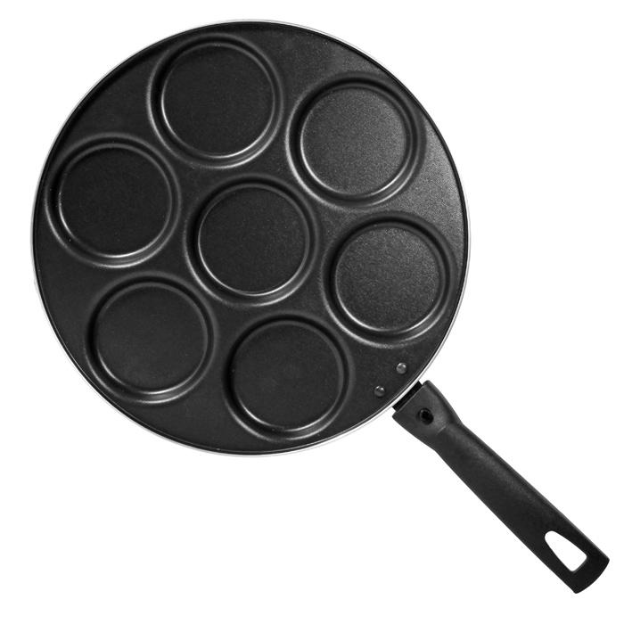 Сковорода для оладий Classic, с антипригарным покрытием. Диаметр 28 см391602Сковорода Classic, изготовленная из алюминия с антипригарным покрытием, имеет семь выемок для оладий. Сковорода оснащена удобной съемной ручкой из бакелита, которая не нагревается в процессе приготовления пищи. Подходит для использования на всех типах плит кроме индукционных. Можно мыть в посудомоечной машине. Характеристики:Материал:алюминий, бакелит. Общий диаметр сковороды:28 см. Диаметр выемки для оладьев:7,5 см. Высота стенок:1,5 см. Толщина стенок: 2 мм. Длина ручки:16,5 см. Артикул:1037.