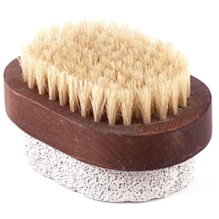 Щетка для ног Aimo (Аймо). 2335010777139655Деревянная щетка серии Aimo (Аймо) с натуральной щетиной и пемзой станет незаменимым аксессуаром в вашей ванне, бане или в сауне. Она удаляет огрубевшую, сухую кожу ступней, делая ее мягкой и гладкой, а также отлично подойдет для обработки огрубевших участков кожи на локтях, коленях и пальцах.Характеристики: Материал:дерево, натуральная щетина, пемза, текстиль. Размер щетки:8,5 см х 5,5 см х 5 см. Изготовитель:Россия. Артикул:233.