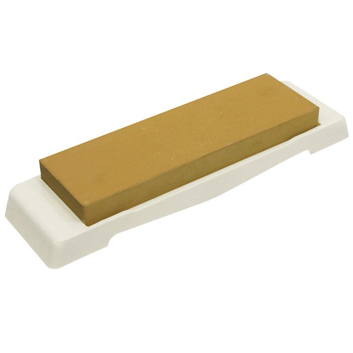Камень точильный Naniwa, финишный, # 300054 009312Точильный камень Naniwa предназначен для заточки кухонных ножей. Камень имеет мелкозернистую поверхность, которая подходит для окончательной заточки и полировки лезвия. Перед использованием камень необходимо замочить в воде на 3-5 минут. Точильный камень закреплен на пластиковой подставке. Характеристики:Материал:абразивные материалы, пластик. Размер камня:17,5 см х 5,5 см х 1,5 см. Зернистость:# 3000. Размер подставки:23 см х 6,3 см х 1,7 см. Размер упаковки: 23,5 см х 7 см х 3,5 см. Производитель: Япония. Артикул: QA-0122.