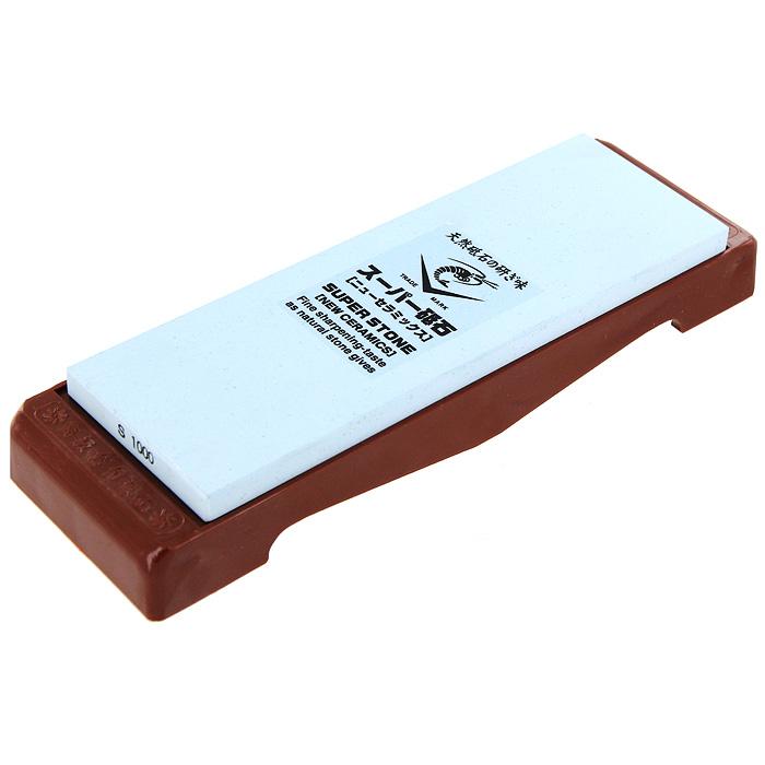 Камень точильный Super Stone115510Точильный камень Super Stone предназначен для заточки кухонных ножей. Камень имеет мелкозернистую поверхность, которая подходит для заточки и полировки лезвия. Перед использованием камень необходимо замочить в воде на 3-5 минут. Точильный камень закреплен на пластиковой подставке. Характеристики:Материал:абразивные материалы, пластик. Размер камня:20,5 см х 7 см х 1 см. Зернистость:1000. Размер подставки:24,5 см х 7,5 см х 1,7 см. Размер упаковки: 26 см х 8,5 см х 3,5 см. Производитель: Япония. Артикул: IN-2010.