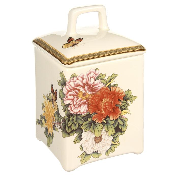 Банка для продуктов Imari Японский сад 15 см IM55060/2-1730ALVT-1520(SR)Банка Японский сад, выполненная из высококачественной керамики, станет незаменимым помощником на кухне. В ней будет удобно хранить разнообразные сыпучие продукты, такие как кофе, крупы, макароны или специи. Емкость легко закрывается крышкой. Оригинальный дизайн банки позволит украсить любую кухню, внеся разнообразие, как в строгий классический стиль, так и в современный кухонный интерьер. Характеристики: Материал: керамика. Размер банки (без крышки): 8 см х 10 см х 8 см. Высота банки (с учетом крышки): 14 см. Размер упаковки: 9 см х 14 см х 9 см. Производитель: Китай. Артикул: IM55060/2-1730AL.Изделия торговой марки Imari произведены из высококачественной керамики, основным ингредиентом которой является твердый доломит, поэтому все керамические изделия Imari - легкие, белоснежные, прочные и устойчивы к высоким температурам. Высокое качество изделий достигается не только благодаря использованию особого сырья и новейших технологий и оборудования при изготовлении посуды, но также благодаря строгому контролю на всех этапах производственного процесса. Нанесение сверкающей глазури, не содержащей свинца, придает изделиям Imari превосходный блеск и особую прочность.Красочные и нежные современные декоры Imari - это результат профессиональной работы дизайнеров, которые ежегодно обновляют ассортимент и предлагают покупателям десятки новый декоров. Свою популярность торговая марка Imari завоевала благодаря высокому качеству изделий, стильным современным дизайнам, широчайшему ассортименту продукции, прекрасным подарочным упаковкам и низким ценам. Все эти качества изделий сделали их безусловным лидером на рынке керамической посуды.