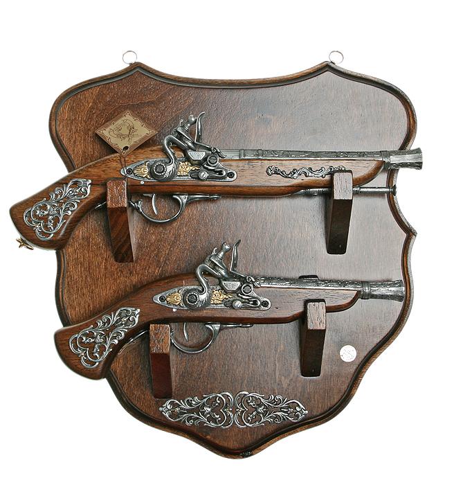 Коллаж Пистоли, 42 х 42 х 11 см74-0060Коллаж выполнен в виде деревянного поля с расположенными на нем пистолями, которые являются репликами оружия XVII - XVIII вв. Копии выглядят очень реалистично, отличаются только конструктивным ограничением и материалом изготовления.Оружие настолько похоже на настоящее, что только специалист внешне сможет найти отличия.Сувенирное оружие - это великолепная идея для подарка любимому мужчине или особого презента партнеру по бизнесу! Если Вы заядлый коллекционер, то добавление нового декоративного оружия к своей коллекции будет ярким и приятным моментом в Вашей жизни. Сувенирное оружие - это оригинальное украшение вашей квартиры или офиса. Оно станет прекрасным дополнением интерьера, придаст ему изысканности, стиля и вместе с тем брутальной мужественности! Характеристики: Материал: дерево, металл (сплав латуни). Производитель: La Balestra (Италия). Размер:42 х 42 х 11 см. Артикул: 31620.