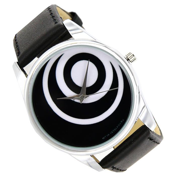 Часы Mitya Veselkov Чёрные диски. MV-021BM8434-58AEНаручные часы Mitya Veselkov Черные диски созданы для современных людей, которые стремятся выделиться из толпы и подчеркнуть свою индивидуальность. Часы оснащены японским кварцевым механизмом. Ремешок выполнен из натуральной кожи черного цвета, корпус изготовлен из стали серебристого цвета. Циферблат черного цвета оформлен изображением белых кругов. Характеристики: Материал: натуральная кожа, сталь. Стекло: минеральное. Механизм: Citizen. Длина ремешка (с корпусом): 23,5 см. Ширина ремешка: 2 см. Диаметр корпуса: 3,7 см. Размер упаковки: 8,5 см х 8,5 см х 6,5 см. Артикул: MV-21. Производитель: Россия. Идея компании Mitya Veselkov возникла совершенно случайно. Просто один творческий человек и талантливый организатор решил делать людям необычные часы. Затем родилась идея открыть магазин и дать другим людям возможность приобретения этого красивого продукта. Теперь Mitya Veselkov - перспективный коммерческий проект, создающий не только часы, но и сумки, подушки, футболки и даже запонки. Часы, вещи и сувениры от Mitya Veselkov - это вещи с изюминкой, которые ценны своим оригинальным дизайном.