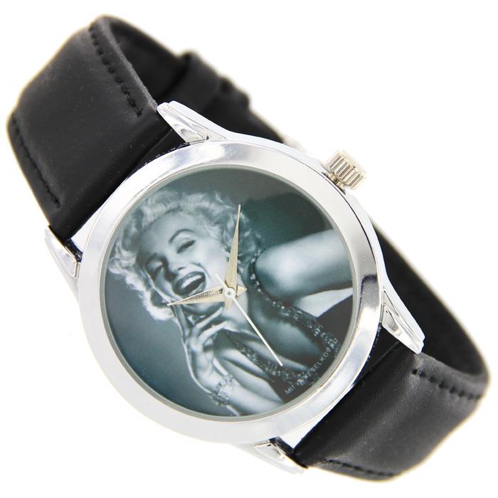 Часы Mitya Veselkov Монро. MV-029EQW-M710DB-1A1Наручные часы Mitya Veselkov Marilyn Monroe созданы для современных людей, которые стремятся выделиться из толпы и подчеркнуть свою индивидуальность. Часы оснащены японским кварцевым механизмом. Ремешок выполнен из натуральной кожи черного цвета, корпус изготовлен из стали серебристого цвета. Циферблат оформлен изображением американской киноактрисы, певицы и секс-символа Marilyn Monroe. Характеристики: Материал: натуральная кожа, сталь. Стекло: минеральное. Механизм: Citizen. Длина ремешка (с корпусом): 23,5 см. Ширина ремешка: 2 см. Диаметр корпуса: 3,7 см. Размер упаковки: 8,5 см х 8,5 см х 6,5 см. Артикул: MV-29. Производитель: Россия. Идея компании Mitya Veselkov возникла совершенно случайно. Просто один творческий человек и талантливый организатор решил делать людям необычные часы. Затем родилась идея открыть магазин и дать другим людям возможность приобретения этого красивого продукта. Теперь Mitya Veselkov - перспективный коммерческий проект, создающий не только часы, но и сумки, подушки, футболки и даже запонки. Часы, вещи и сувениры от Mitya Veselkov - это вещи с изюминкой, которые ценны своим оригинальным дизайном.