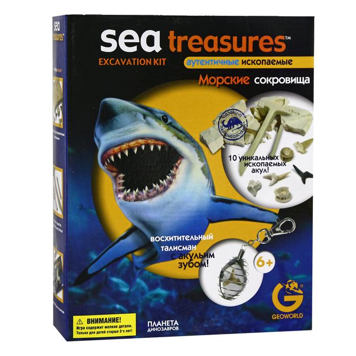 """Игровой набор """"Морские сокровища: Акулий зуб"""" привлечет внимание вашего ребенка и позволит ему весело и интересно провести время! Набор состоит из гипсовой формы для раскопок с десятью доисторическими ископаемыми внутри, молотка, стамески, лупы, буклета и талисмана. Возьмите молоток и стамеску - самые важные инструменты геолога, и аккуратно извлеките ископаемые. Затем возьмите лупу, чтобы лучше рассмотреть находку, а в буклете можно прочитать все о морских ископаемых. Вставьте акулий зуб в металлическую спираль и носите его всегда с собой, как талисман. С таким набором ваш малыш почувствует себя настоящим геологом!"""