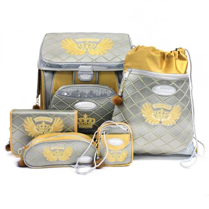 Стильный школьный ранец Sammies by Samsonite Empire L. E новой облегченной модели с модным дизайном, придется по вкусу любому ребенку. Ранец изготовлен из прочного материала серого и желтого цветов и оснащен прочным дном, обеспечивающим устойчивость и защищающим от грязи и влаги. В комплект с ранцем входят овальный пенал, мешок для обуви, нагрудный кошелек, сумка-чехол для ранца и трехстворчатый пенал с наполнением: 20 цветных карандашей, ластик, точилка, линейка (16 см), треугольная линейка (7 см) и расчерченная таблица для заполнения расписания.  Ранец с твердым каркасом, поддерживающим форму, оформлен вышитым изображением короны и украшен стразами и модными и стильными держателями для бегунков. Особенности ранца Empire L. E:    Спинка ортопедической формы из губчатого воздухопроницаемого материала;   Замок системы Turn