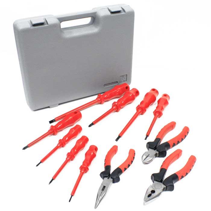 Набор инструментов Herz, 11 предметов. HZ-4822706 (ПО)Набор инструментов Herz включает: комбинированные плоскогубцы, диагональные плоскогубцы, длинногубцы и восемь отверток. Инструменты набора выполнены из углеродистой стали. Набор вложен в пластиковый кейс. Каждый предмет надежно крепится в определенном положении благодаря особым выемкам . Характеристики:Материал: сталь, резина, пластик. Размер упаковки: 30,5 см х 23,5 см х 6 см. Производитель: Германия. Изготовитель: Китай. В набор входит: Плоскогубцы комбинированные - 1 шт. Размер: 6. Плоскогубцы диагональные - 1 шт. Размер: 6. Длинногубцы - 1 шт. Размер: 6. Отвертка - - 5 шт. Размер: 2,5*75 мм; 3,5*75 мм; 4*100 мм; 5,5*125 мм; 6,5*150 мм. Отвертка + - 3 шт. Размер: PH0*75 мм; PH1*80 мм; PH2*100 мм.
