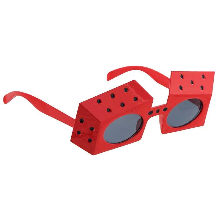 Карнавальные очки Игральные кости, цвет: красный38571Карнавальные очки Игральные кости, выполненные из пластика красного цвета, отлично дополнят ваш маскарадный костюм и помогут создать яркий образ. Очки предназначены для быстрого и необременительного перевоплощения на костюмированной вечеринке или маскараде. Сделайте свой праздник веселым и ярким!Характеристики:Материал:пластик. Длина оправы: 17 см. Цвет: красный. Изготовитель: Китай. Артикул:93348.