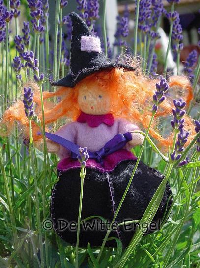"""Вальдорфская кукла занимает среди игрушек совершенно уникальное место, потому что она особая педагогическая кукла, предназначенная способствовать гармоничному развитию личности с первых лет жизни. Кукла изготавливается только из натуральных абсолютно безопасных экологически чистых материалов. Набор """"Лавандовая чародейка"""" позволит создать оригинальную уникальную яркую вальдорфскую игрушку-подвеску в виде очаровательной чародейки, которая, несомненно, доставит много приятных часов вам и вашим детям. Характеристики:  Материал: шерсть, пластик, текстиль, лаванда. Размер готовой игрушки: 12 см. Производитель: Нидерланды. Артикул: А45100.                                                                                                     УВАЖАЕМЫЕ КЛИЕНТЫ!  Обращаем ваше внимание на допустимые незначительные изменения в дизайне - некоторые детали товара могут отличаться по форме (цвету) от товара, изображенного на фотографии."""
