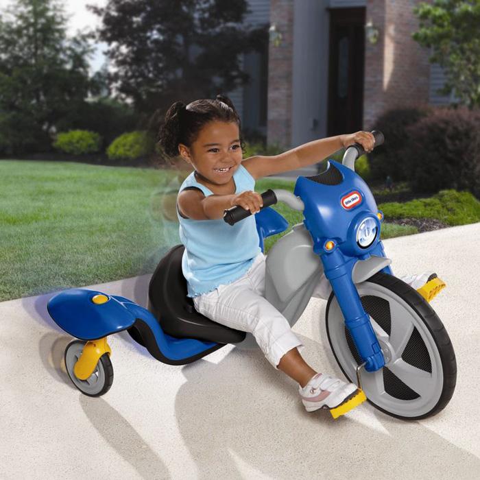 Трехколесный велосипед Little Tikes, цвет: синий. 618246618246Трехколесный велосипед Little Tikes выполнен из высококачественного материала синего и серого цветов. Необычный велосипед оборудован удобным сиденьем, регулирующимся в трех положениях, передним большим и двумя маленькими задними колесами. Педали велосипеда выполнены с антискользящим покрытием. Свободно вращающиеся колеса обеспечивают велосипеду максимальную маневренность на любой дороге.С таким велосипедом катание малыша станет веселее и увлекательнее. Характеристики:Материал: металл, пластик. Ширина сиденья: 26 см. Диаметр переднего колеса: 39 см. Диаметр задних колес: 15 см. Размер велосипеда: 97 см х 76 см х 56 см. Размер упаковки: 78 см до 24 см х 43 см.