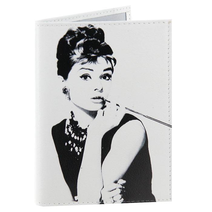 Обложка для паспорта Одри курит. OK019OK434Обложка для паспорта, выполненная из натуральной кожи белого цвета, оформлена изображением Одри Хепберн. Такая обложка не только поможет сохранить внешний вид ваших документов и защитит их от повреждений, но и станет стильным аксессуаром, идеально подходящим вашему образу. Яркая и оригинальная обложка подчеркнет вашу индивидуальность и изысканный вкус. Обложка для паспорта стильного дизайна может быть достойным и оригинальным подарком. Характеристики: Материал: натуральная кожа, пластик. Размер (в сложенном виде): 9,5 см х 14 см. Производитель:Россия. Артикул:OK19.