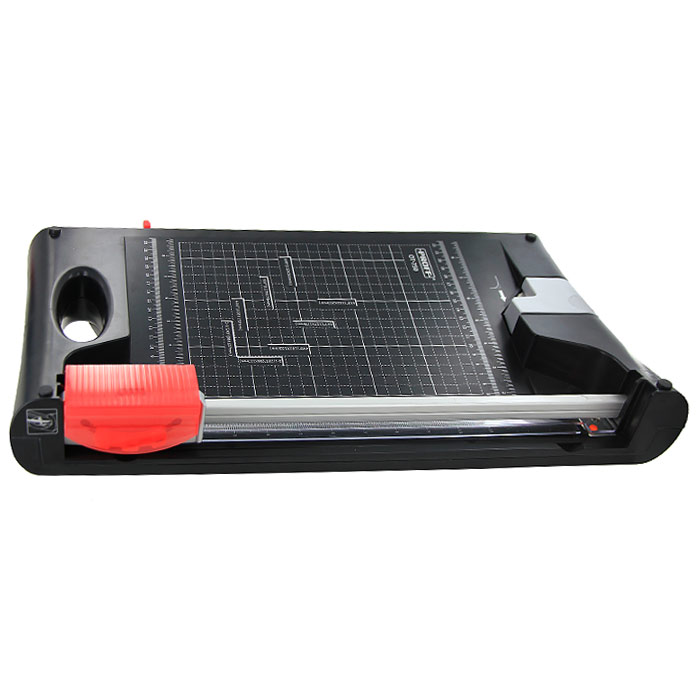 Резак сабельно-роликовый Proff OT-750FS-54114Сабельно-роликовый резак Proff OT-750, идеально сочетая компактность и превосходные технические качества, станет незаменимым приспособлением для резки небольших стопок бумаги, фотографий или пленок. Возможны 3 типа резки: прямолинейная, волнообразная и перфорированная. В комплект входят сабельный и роликовый ножи, сменная накладка под нож. Оснащен выдвижной ручкой для удобства хранения. Есть также встроенный нож для закругления уголков, разметка форматов и линейку в сантиметрах. Характеристики:Длина реза: 335 мм. Максимальное количество разрезаемых листов: 10. Размер упаковки: 54,5 см х 31 см х 10 см. Изготовитель: Китай.