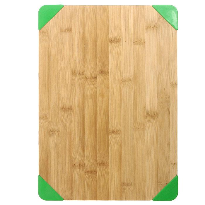 Доска разделочная Oriental way с резиновыми уголками 34 х 24см NL11848837822-000Прямоугольная разделочная доска Oriental way с резиновыми насадками-уголками изготовлена из высококачественной древесины гевеи. Специальные насадки предотвращают скольжение разделочной доски по поверхности стола. Доска прекрасно подходит для приготовления и сервировки пищи.Особенности разделочной доски Oriental way: высокое качество шлифовки поверхности изделий, двухслойное покрытие пищевым лаком, безопасным для здоровья человека, степень влажность 8-10%, не трескается и не рассыхается, высокая плотность структуры древесины, устойчива к механическим воздействиям, не предназначена для мытья в посудомоечной машине. Характеристики: Материал: дерево, резина. Размер: 34 см х 24 см х 1,5 см. Производитель: Тайланд. Артикул: NL118488. Торговая марка Oriental way известна на рынке с 1996 года. Эта марка объединяет товары для кухни, изготовленные из дерева и других материалов. Все товары марки Oriental way являются безопасными для здоровья, экологичными, прочными и долговечными в использовании.