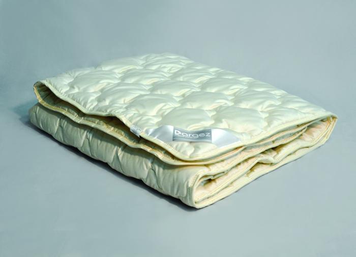 Одеяло Dargez Акапулько, легкое, шерстяное, цвет: светло-бежевый, 140 см х 205 см96515412Одеяло Dargez Акапулько представляет собой чехол из сатина гладкокрашеного (100% хлопок) с наполнителем шерсти альпака. Шерсть альпака - легкая, тонкая, мягкая, с шелковистым блеском и по своим основным характеристикам обладающая антиаллергенными, противовоспалительными и ранозаживляющими свойствами.Оделяло Dargez Акапулько  создано специально для тех, кто ценит здоровый сон. Сатиновый чехол декорирован эксклюзивным жаккардовым рисунком пастельного цвета. Одеяло вложено в пластиковую сумку-чехол зеленого цвета на застежке-молнии, а специальная ручка делает чехол удобным для переноски. Одеяло коллекции Акапулько доставит вам незабываемые ощущения, обеспечивая комфортный и сладкий сон на протяжении длительных ночей. Размер одеяла: 140 см х 205 см.Масса наполнителя: 300 г/кв.м.