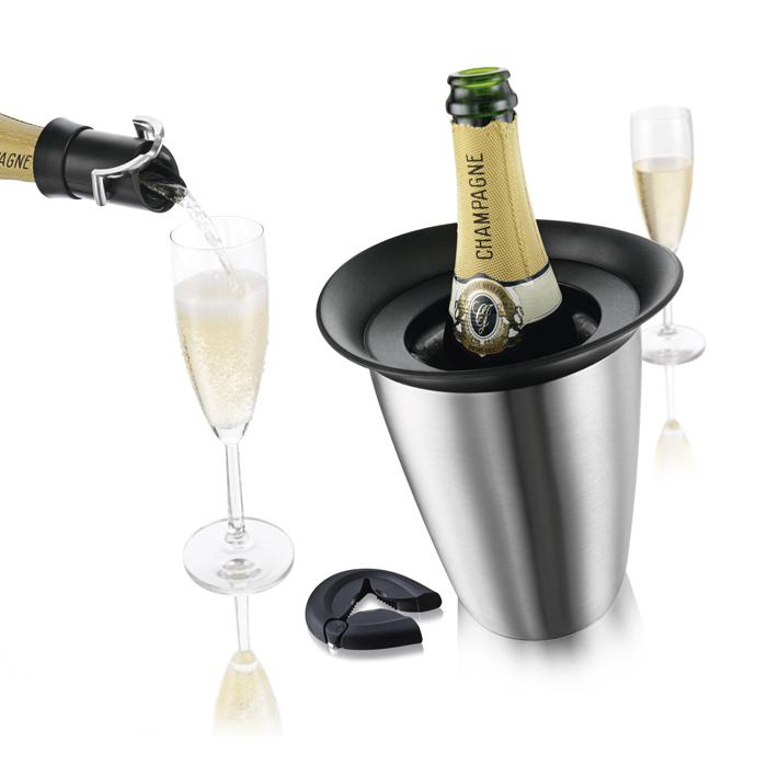 Набор подарочный VacuVin Champagne Set, 3 предмета25.35.27Подарочный набор VacuVin Champagne Set включает в себя: охладительную рубашку для шампанских вин Rapid Ice Prestige, пробку-каплеуловитель для сохранения шампанских вин и открывалку для бутылок. Охладительная рубашка Rapid Ice Prestige в серебристом корпусе из нержавеющей стали позволяет за 5 минут охладить бутылку шампанского емкостью 0,75 л от комнатной температуры до необходимой и поддерживать ее несколько часов. Вам просто требуется вынуть из корпуса мягкую охладительную рубашку, поместить ее в морозильную камеру, а когда вам потребуется, достать ее из морозильной камеры, вставить в металлический корпус и поместить бутылку в это ведерко. Ваш напиток остается холодным в течение нескольких часов. Это свойство достигается благодаря нетоксичному гелю, содержащемуся внутри мягкой рубашки. Пробка-каплеуловитель Champagne Saver, изготовленная из пластика и металла, не дает пузырькам выходить наружу и минимизирует взаимодействия шампанского с воздухом. При этом, благодаря уникальной системе, с помощью данного приспособления вы можете разливать шампанское, не заботясь о том, что вы капнете на скатерть. Все капли будут пойманы и возвращены обратно в бутылку. Пробка-каплеуловитель подходит для большинства бутылок с шампанским. Открывалка для бутылок, выполненная из высококачественного пластика и металла, позволит без труда открыть бутылку с шампанским, минеральной водой, пивом. Она легко открывает откручивающиеся крышки и корончатые крышки. Открывалка подходит и для правшей, и для левшей. Набор VacuVin Champagne Set привлечет внимание и станет отличным подарком на любой праздник. Характеристики:Материал: металл, пластик, ПВХ, гель. Размер охладительной рубашки: 21,3 см х 19 см х 18 см. Размер пробки-каплеуловителя: 7,5 см х 5 см х 5 см. Размер открывалки: 9 см х 7,5 см х 1,5 см. Размер упаковки: 22 см х 19 см х 18 см. Производитель: Нидерланды. Артикул: 3889460.УВАЖАЕМЫЕ КЛИЕНТЫ!Обращаем ваше внимание на тот факт, ч