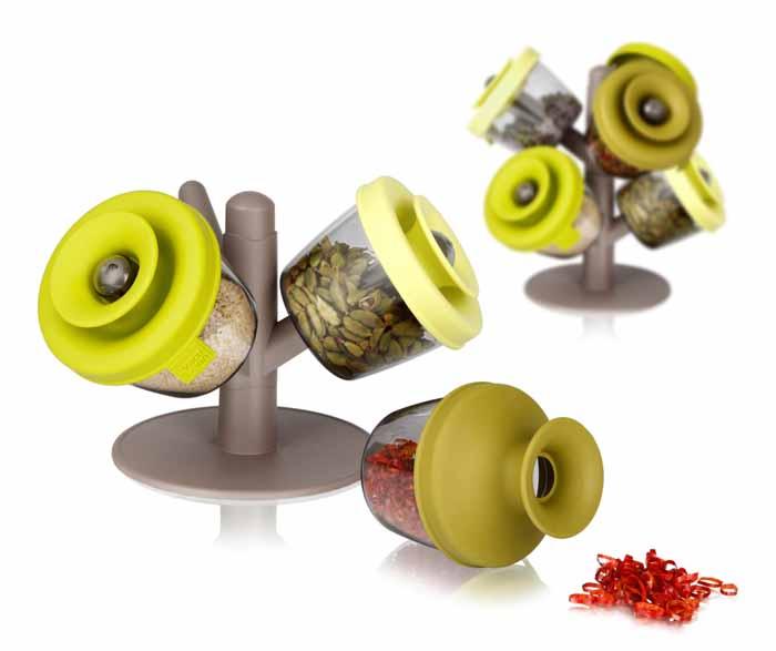 Набор емкостей VacuVin PopSome Herbs&Spices 4 предмета 2842660FD-59Набор VacuVin PopSome Herbs&Spices состоит из 3 емкостей для хранения, выполненных из высококачественного пищевого пластика, и пластиковой подставки в виде дерева.Емкости для герметичного хранения специй и трав - это практичный способ хранить и использовать различные специи и травы. Цветные силиконовые крышки с запатентованной системой закрытия Оксилок специально созданы, чтобы емкости оставались герметичными. Ваши любимые специи и травы можно удобно хранить и легко использовать. Потянув горлышко крышки вверх для открытия, вы можете отсыпать небольшое количество специй в руку или прямо в блюдо. В случае если емкость случайно упадет, ее содержимое не просыпется. Емкости можно мыть в посудомоечной машине. Удобная подставка-дерево позволяет установить на нее несколько наборов для хранения специй друг на друга. Характеристики:Материал: пластик, силикон. Диаметр емкости: 8 см. Высота емкости с закрытой крышкой: 7,5 см. Высота емкости с открытой крышкой: 10,5 см. Размер подставки: 16 см х 16 см х 12,5 см. Размер упаковки: 18 см х 18,5 см х 10 см. Производитель: Нидерланды. Артикул: 2842660.