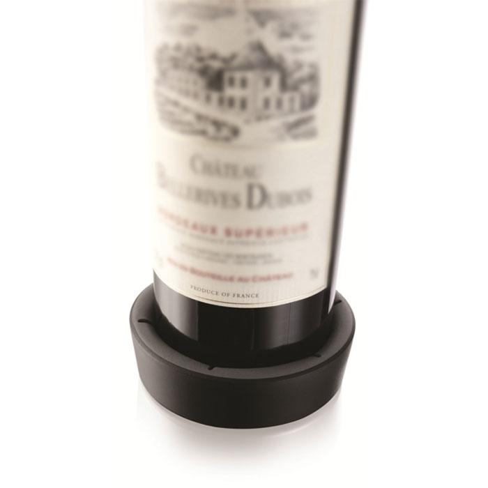 Подставка VacuVin для сервировки бутылки, цвет: черный, 0,75 лВетерок 2ГФПодставка для сервировки бутылки VacuVin, выполненная из высококачественного пластика, защищает стол от царапин и пятен. Подставка оснащена резиновыми вставками, за счет чего она плотно прилегает к бутылке. Капли стекают в подставку. На дне подставки расположены противоскользящие резиновые вставки. Подставка VacuVin подходит для большинства стандартных бутылок с вином. С ней ваш стол всегда будет аккуратным и чистым. Размер подставки: 9,5 см х 9,5 см х 3 см.