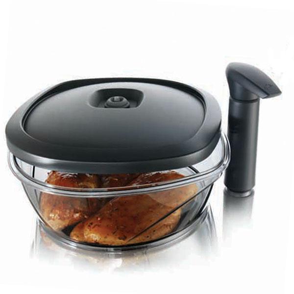Контейнер Tomorrows Kitchen Instant Marinater для хранения и маринования продуктов, с помпой, 2,5 лVT-1520(SR)Вакуумный контейнер Tomorrows Kitchen Instant Marinater, выполненный из высококачественного пищевого пластика - это новое слово в приготовлении и сохранении пищи! В контейнере применяется вакуумная технология, что позволяет длительное время сохранять ваши продукты свежими. Контейнер можно использовать как для хранения, так и для маринования мяса, дичи или рыбы. Он маринует и размягчает не более чем за 10 минут. Контейнер легок в использовании, экономит время, идеален для домашней кухни и шашлыка. Вакуумный насос, который входит в комплект, отсасывает воздух из контейнера, создавая вакуум для оптимальных условий хранения. От воздействия света защищают тонированные стенки контейнера. Контейнер можно мыть в посудомоечной машине. Характеристики:Материал: пластик. Объем контейнера: 2,5 л. Размер контейнера: 26 см х 26 см х 11,5 см. Длина насоса: 16,5 см. Размер упаковки: 26,5 см х 26,5 см х 11,5 см. Производитель: Нидерланды. Артикул: 2977460.