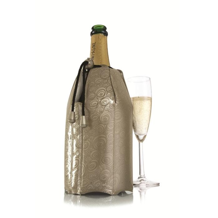 Охладительная рубашка VacuVin Rapid Ice для шампанских вин. 388556216002_голубойОхладительная рубашка для шампанского вина VacuVin Rapid Ice представляет собой очень холодный мягкий футляр, позволяющий в среднем за 5 минут охладить бутылку шампанского емкостью 0,75 л от комнатной температуры до необходимой и поддерживать ее несколько часов. Охладительная рубашка платинового цвета оформлена оригинальным рисунком. Применяется она следующим образом: охладительная рубашка помещается в морозильную камеру, а когда вам требуется быстро охладить бутылку шампанского вина, она одевается на охлаждаемую бутылку и шампанское остается холодным в течение нескольких часов. Это свойство достигается благодаря нетоксичному гелю, содержащемуся внутри рубашки. Охладительная рубашка не бьется и может использоваться многократно. Характеристики:Материал: ПВХ, текстиль, гель. Высота охладительной рубашки: 22 см. Диаметр охладительной рубашки: 12 см. Размер упаковки: 24 см х 16 см х 3 см. Производитель: Нидерланды. Артикул: 3885562.
