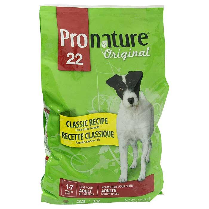 Корм сухой Pronature Classic Recipe для взрослых собак всех пород, с ягненком и рисом, 6 кг0120710Сухой корм Pronature Classic Recipe является полнорационным кормом для взрослых (в возрасте от 1 до 7 лет) собак всех пород. Эта марка корма так же рекомендуется собакам с чувствительным желудочно-кишечным трактом, и будет полезен собакам, у которых присутствует аллергия, ведь данный состав содержит гипоаллергенные компоненты.Корм Pronature приготовлен из тщательно отобранных компонентов, обогащен уникальной смесью экстрактов целебных трав, овощей и ягод, является идеальным сухим кормом класса премиум для кошек и собак. Уникальный состав кормов Pronature, в котором нет сои, красителей, искусственных ароматизаторов и консервантов, гарантирует оптимальное развитие вашего животного на каждом этапе его жизни. На каждой упаковке с кормом вы можете найти легкие для понимания информационные пиктограммы, которые помогут вам правильно ориентироваться во всей линии кормов Pronature. Характеристики:Состав:мука из мяса ягненка (15%), дробленый рис, кукуруза, клейковина, отруби пшеницы, цельные зерна ячменя, растительное масло, сушеная мякоть свеклы, гидролизат куриной печени, дрожжевая культура, сушеная люцерна, мононатрия фосфат, соль, глюкозамина сульфат, экстракт Юкки, хондроитина сульфат, сушеный шпинат, сушеный тимьян, сушеный имбирь. Анализ:протеин - 22%, жир - 12%, сырая клетчатка - 4%, зола - 7,5%, кальций - 1,2%, фосфор - 0,9%. Вес:6 кг.