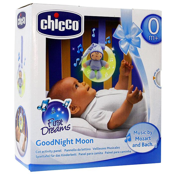"""Музыкальная подвеска на кроватку Chicco (Чико) """"Спокойной ночи"""" выполнена в виде луны нежно голубого цвета с маленькой мягкой игрушкой в виде малыша в комбинезоне и колпаке, сидящего на луне. Подвеска будет расслабляюще действовать на ребенка, благодаря тусклому свету и классическим мелодиям. Подвеска оснащена двумя режимами, переключающими с помощью кнопочки: первый режим - музыка и свет, действующий в течение пяти минут и второй режим - только свет, также действующий в течение пяти минут. Огоньки на подвеске загораются и переливаются. Музыкальную подвеску можно прикрепить к кроватке при помощи специальной ленточки."""