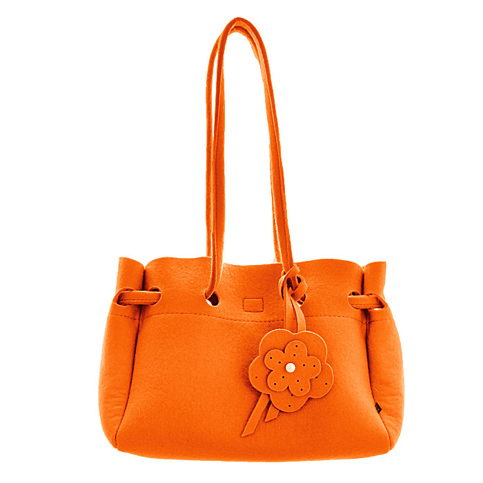 Сумка женская Feltterra Betta, цвет: оранжевый101248Яркая сумка Feltterra Betta станет эффектным акцентом в вашем образе и превосходно подчеркнет неповторимый стиль. Модель выполнена из фетра - натуральной, высококачественной шерсти, мягкой и приятной на ощупь.Сумка состоит из одного большого отделения с хлопчатобумажной подкладкой, закрывающегося на липучку. Внутри содержит смежный карман на застежке-молнии, накладной открытый карман и кармашек на застежке-молнии. Сумка оснащена двумя ручками, позволяющими носить ее на плече. Ручка сумки декорирована подвесным элементом в виде цветка и кисточкой.Простота и лаконичность сумки придает ей невероятную изысканность, она обязательно найдет свое место в вашем гардеробе! Характеристики:Материал: фетр (100% шерсть), 100% х/б, металл. Цвет: оранжевый. Толщина фетра: 3 мм. Размер сумки: 38 см х 23 см х 12 см. Высота ручек: 31 см. Артикул: 09/BETTA S.